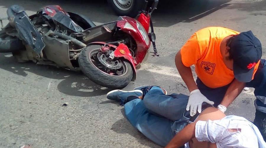Caen dos reporteros de sus motocicletas