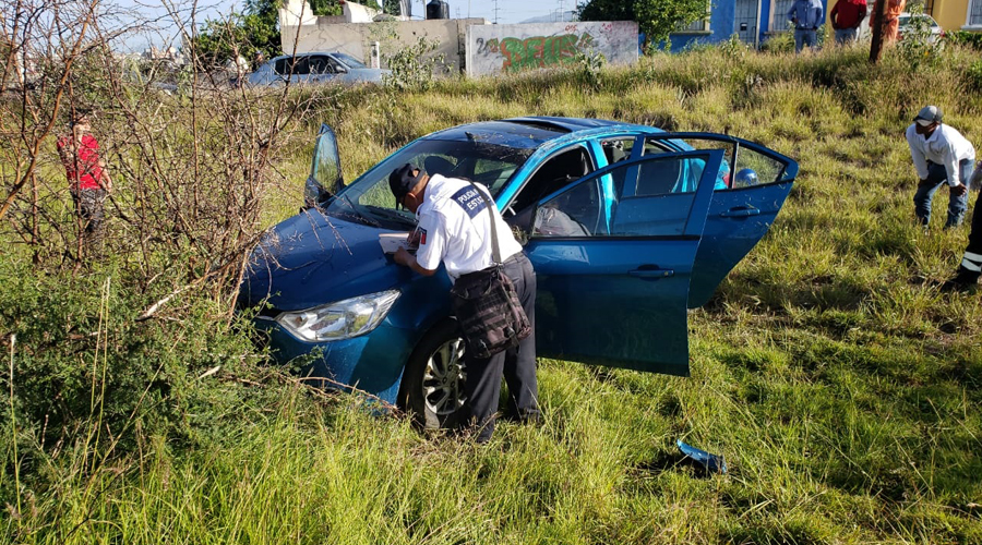 Dormita y vuelca su auto en carretera a Díaz Ordaz