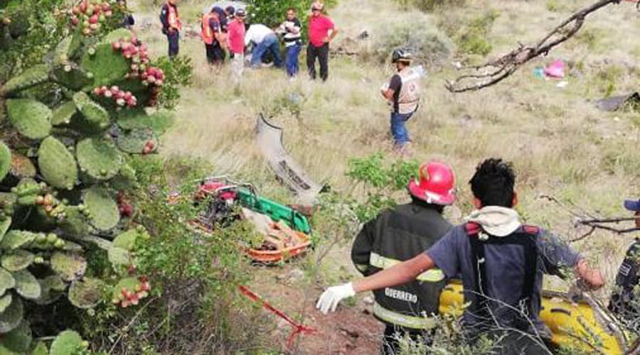 Identifican a familia muerta en volcadura en Cuajimoloyas