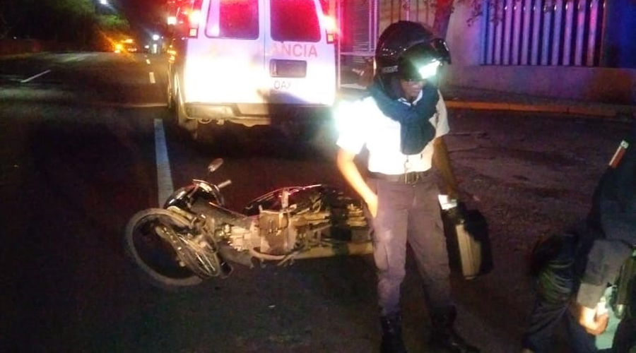 Motociclista se estrella contra auto en Ixcotel