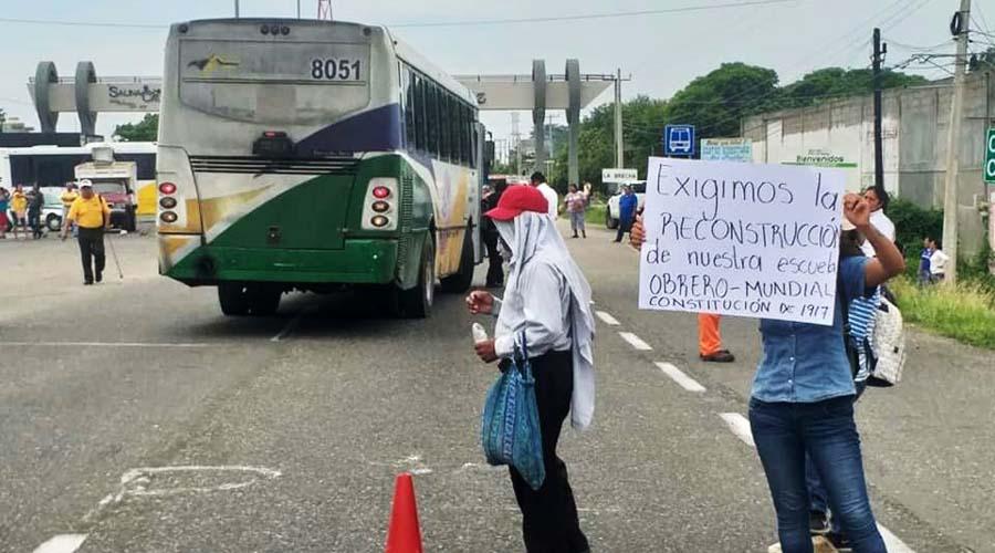 Bloquean en el Istmo para exigir conclusión de escuela
