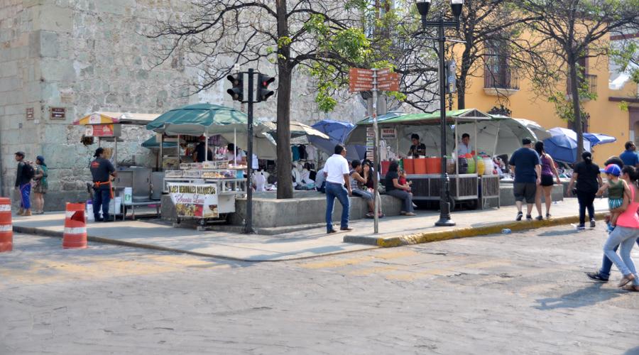 Ambulantes y protestas sepultan al zócalo capitalino