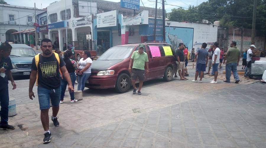 Exigen liberación de retenidos dentro de una farmacia en Tehuantepec
