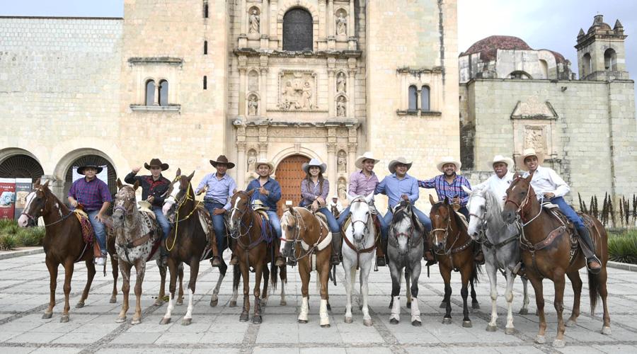 Realizan cabalgata Guelaguetza 2019