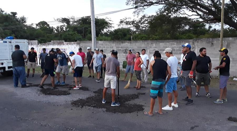 Ciclistas bachean  carretera en Juchitán