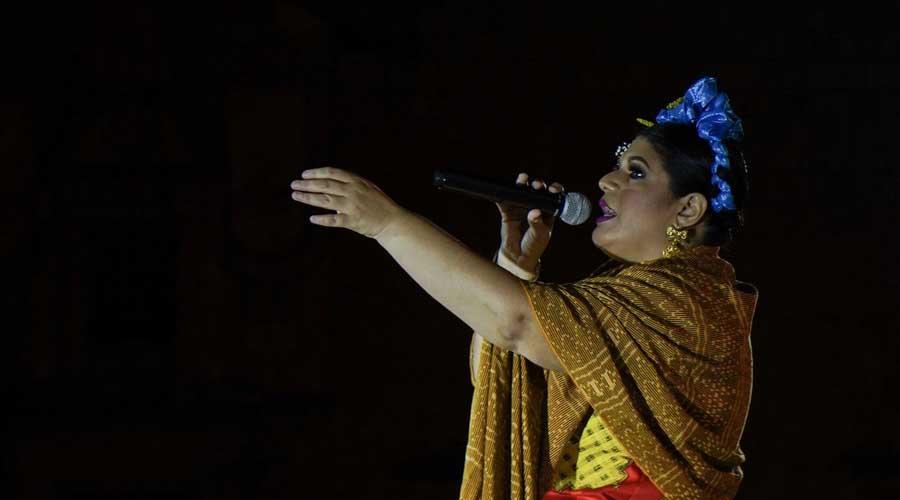 Natalia Cruz y banda La istmeña conquistan con el zapoteco