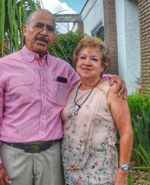 Anita y Eloy celebrando 50 años de matrimonio