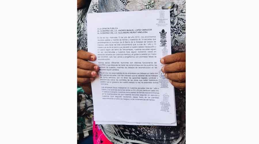 Padres de familia exigen reconstrucción de escuelas en El Barrio de la Soledad