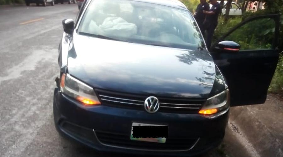 Tráiler embiste auto compacto en Matías Romero