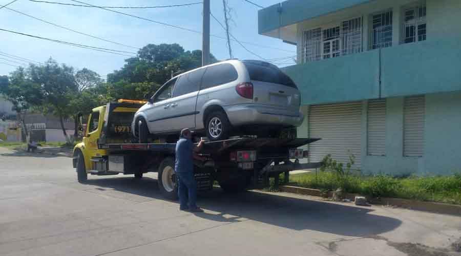 Retiran vehículos 'chatarra' de la vía pública en Salina Cruz
