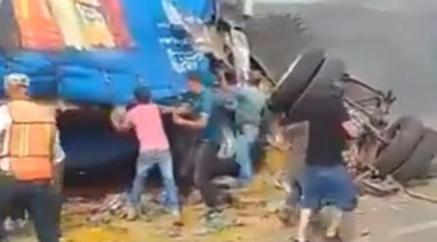 Video: rapiñan sopa mientras conductor de tráiler se calcinaba | El Imparcial de Oaxaca