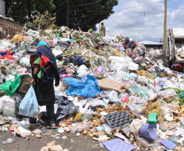 Se acumula la basura en Centro Histórico de Oaxaca a días del inicio de la Guelaguetza
