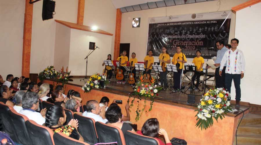 Se gradúan alumnos de  la Casa de la Cultura de Huajuapan de León