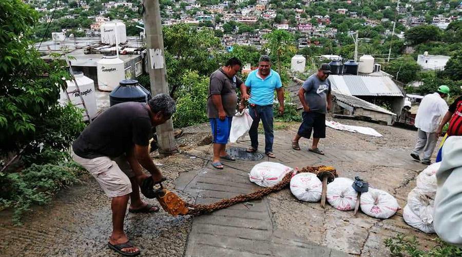 Vecinos evitan caída de poste sobre una vivienda en Salina Cruz