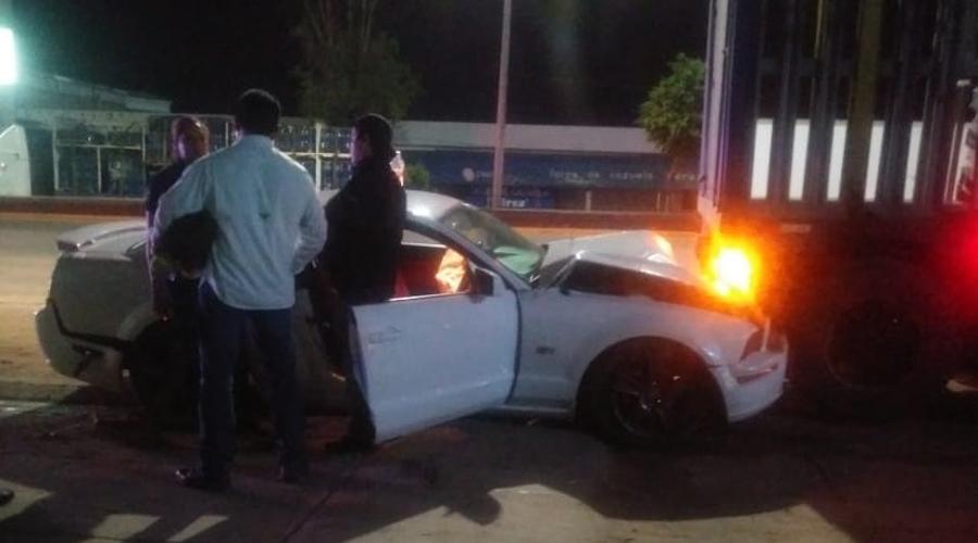 Borracho impacta su Mustang contra tráiler en la carretera 190