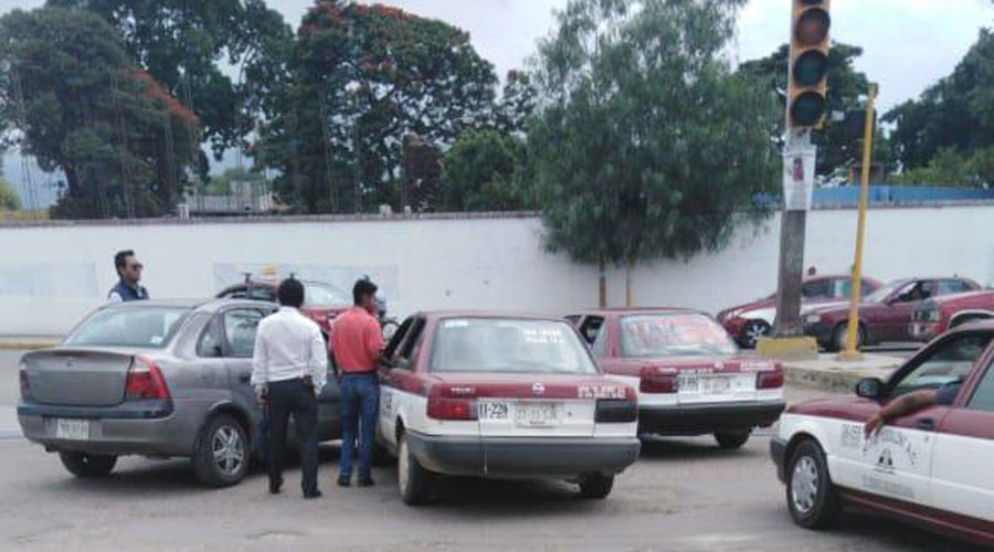 Se pasa el alto y embiste taxi en el Parque del Amor | El Imparcial de Oaxaca