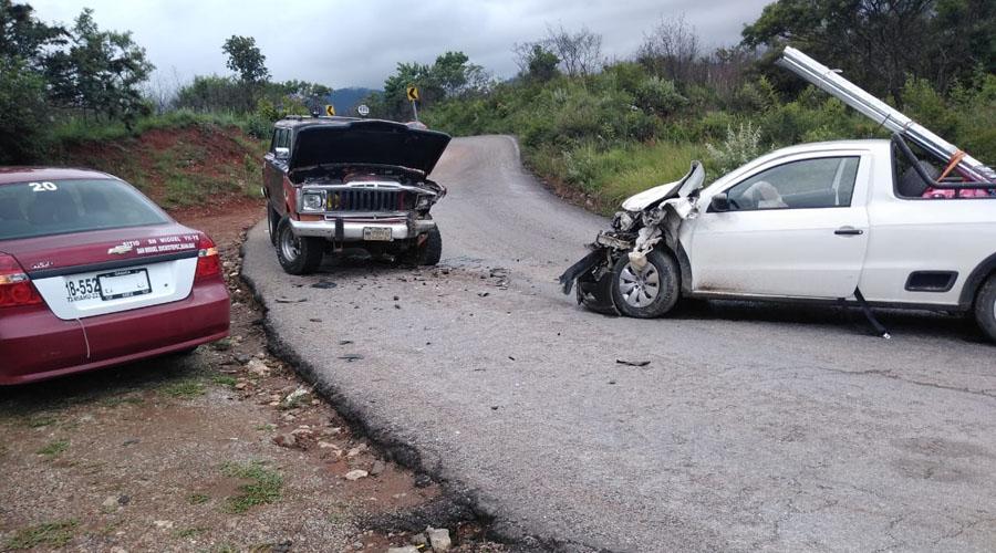 Aparatoso choque entre camionetas en Miahuatlán