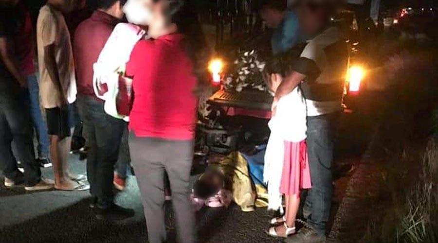 Familia estrella su moto atrás de una camioneta en San Pedro Apóstol, Ocotlán