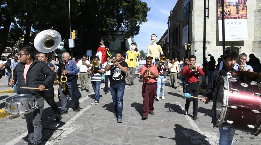 Celebran ruleteros de Oaxaca con música y calenda