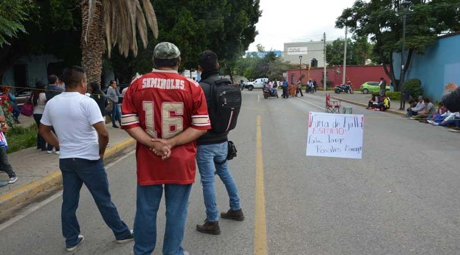 Maestros de Ejutla de Crespo bloquean Calzada de la República | El Imparcial de Oaxaca