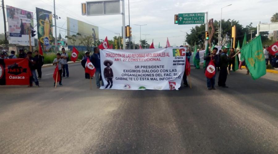Irritación y caos por bloqueos por campesinos de Oaxaca