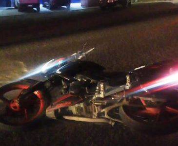 Auxilian a motociclista accidentado en la carretera