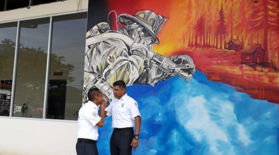 Inauguran mural en honor a Bomberos en Juchitán