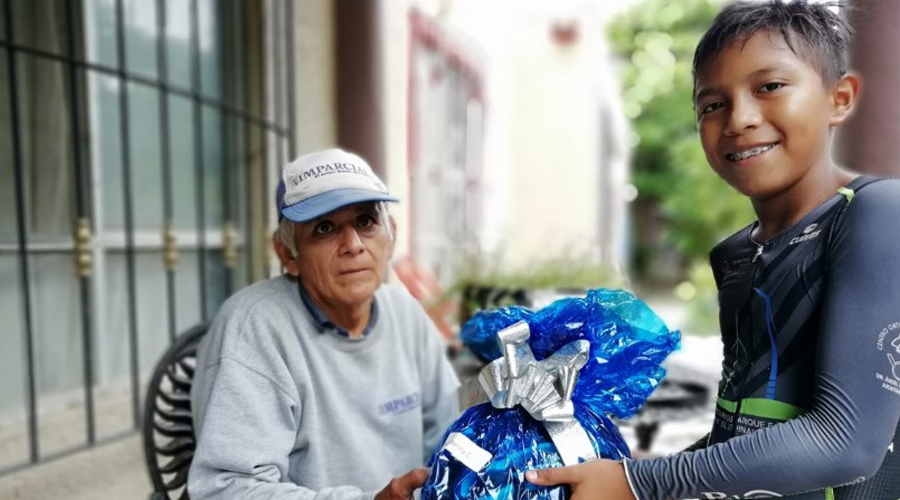 Pequeño ciclista regala casco a voceador de El Imparcial en el Istmo   El Imparcial de Oaxaca