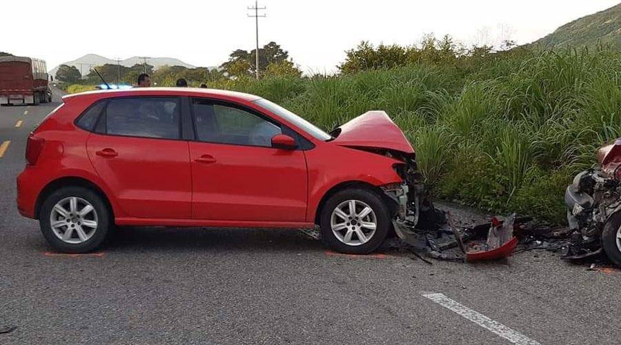 Chocan violentamente dos autos en carretera Zanatepec – Tapanatepec