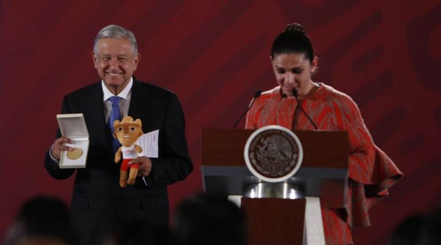Critican en redes sociales medalla que Ana Gabriela regaló a AMLO   El Imparcial de Oaxaca
