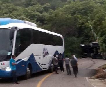 Choca contra un autobús y vuelca