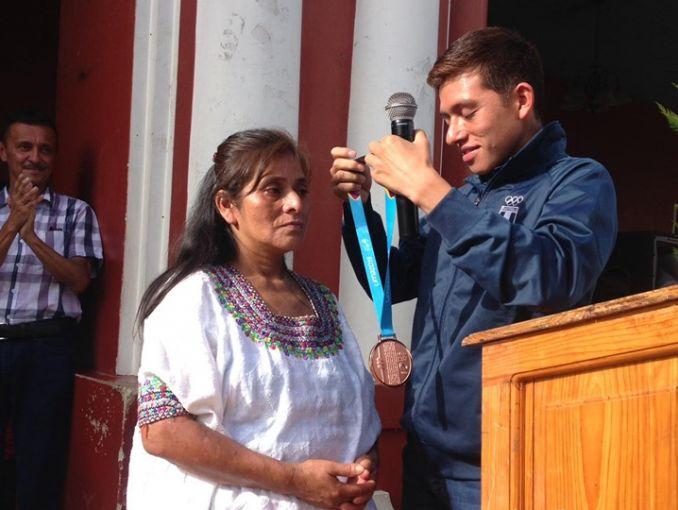 """Deportista de Guatemala regala medalla a su madre porque ella """"lustraba zapatos para darle de comer""""   El Imparcial de Oaxaca"""