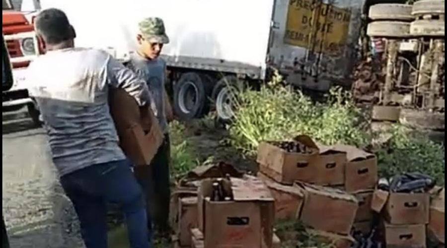 Rapiñan a tráiler volcado con 'chelas' en Tapanatepec | El Imparcial de Oaxaca