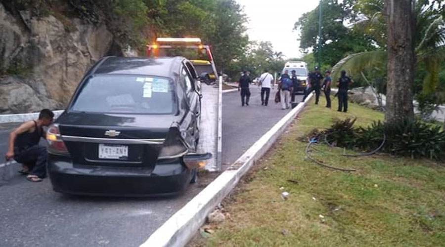 Muere al estrellar su auto contra un árbol en Huatulco