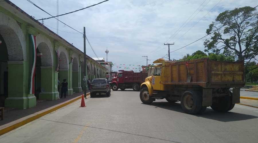 Camioneros materialistas exigen trabajo con bloqueo en El Espinal
