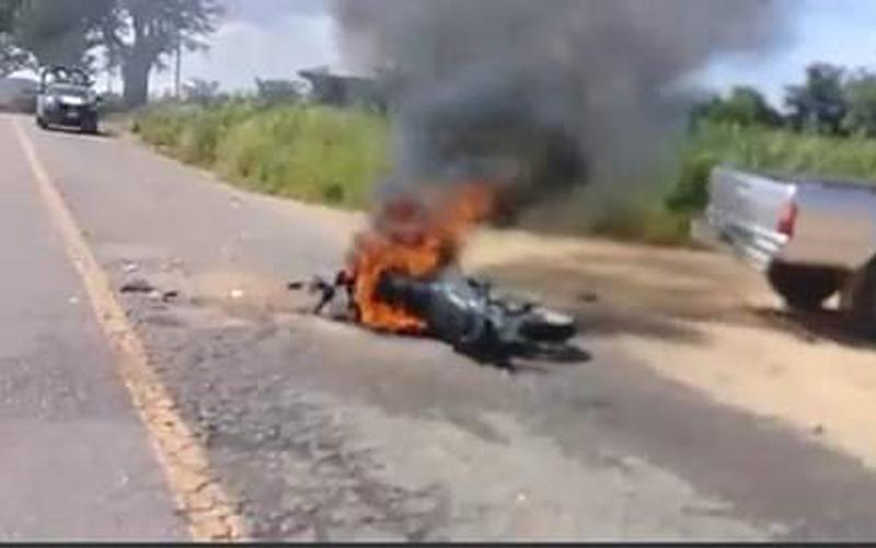 Grave al estamparse contra camioneta en carretera a Ayoquezco | El Imparcial de Oaxaca