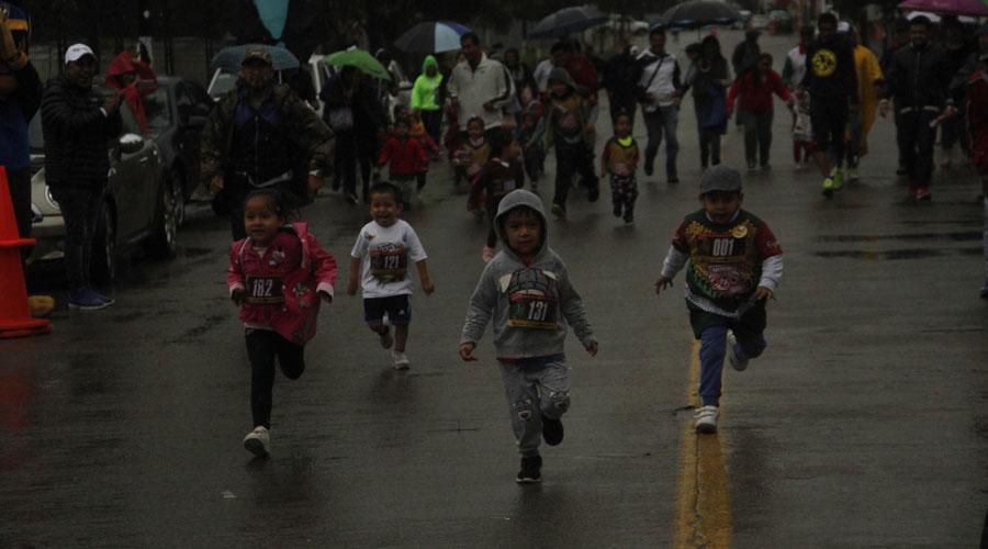 Corren bajo la lluvia en la atlética Ecológica