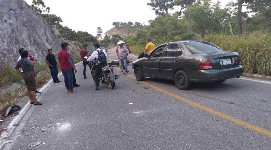Muere al estrellar su moto contra un auto en Ixtaltepec