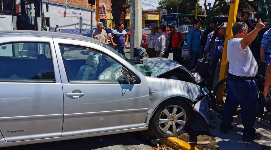 En la colonia Reforma, choque entre moto y auto deja tres lesionados