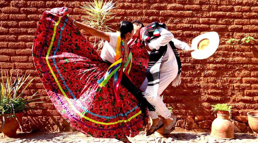Buscan inculcar la historia del Jarabe Mixteco