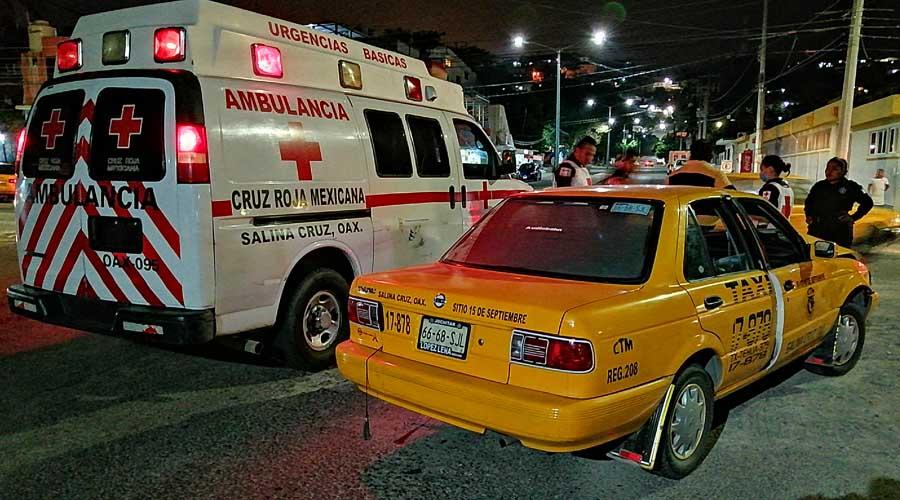 Choca a un taxi y escapa del lugar en Salina Cruz