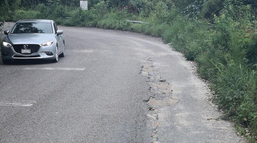 Carretera que conduce a Pluma Hidalgo persiste en pésimo estado