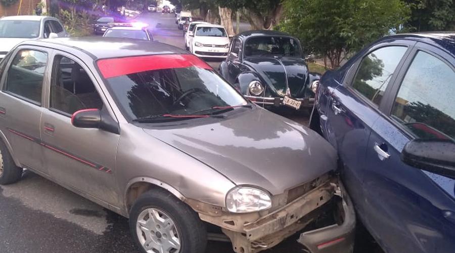Choca contra vehículo estacionado en la colonia Reforma | El Imparcial de Oaxaca
