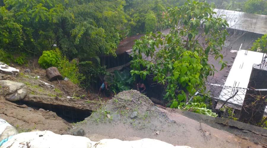 Por intensas lluvias cae barda en Pochutla