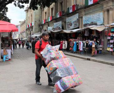 Por invasión de ambulantes temen cierre de comercios en Oaxaca