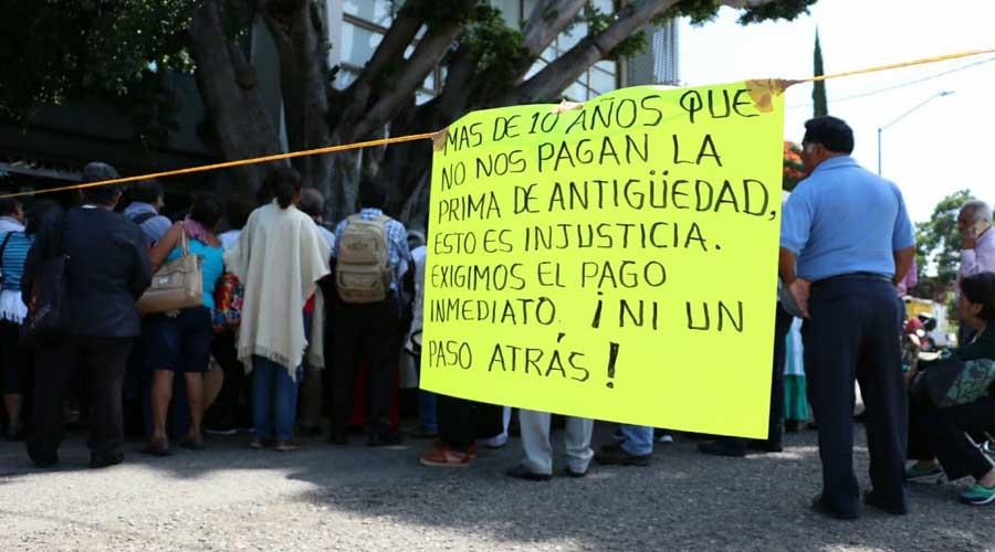 Protesta de maestros jubilados desquicia la vialidad de Oaxaca