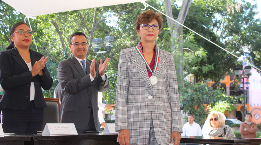 Recibe ciudadana medalla General Antonio de León