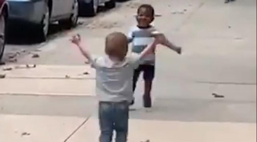 Video: Sorprende reacción de dos niños al reencontrarse | El Imparcial de Oaxaca