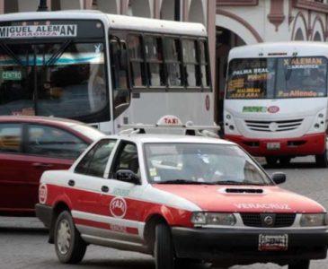 Mujer se lanza de un taxi en movimiento al intentar secuestrarla