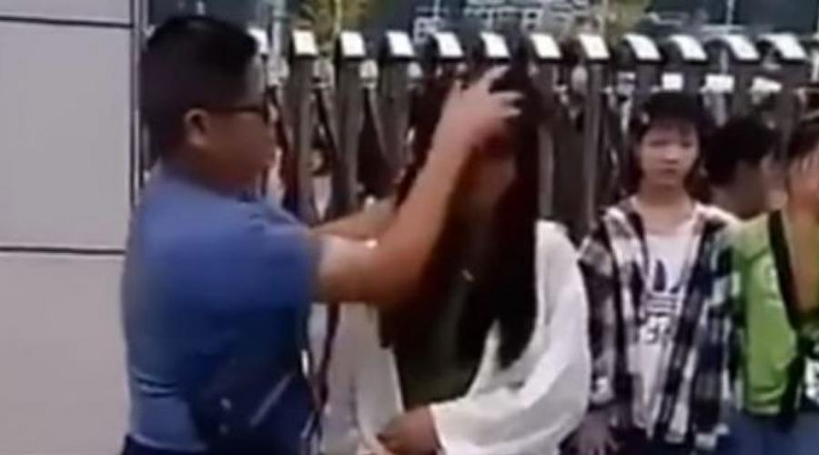 Con trapo y cubeta, maestro desmaquilla a alumnas y se vuelve viral